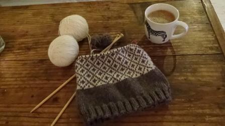 瞑想ニッティング?!北欧柄の模様編みで湯たんぽカバーを編んでみる。
