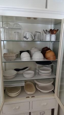 大人2人のミニマムな食器棚、あえて収納力の低いケビントを使う