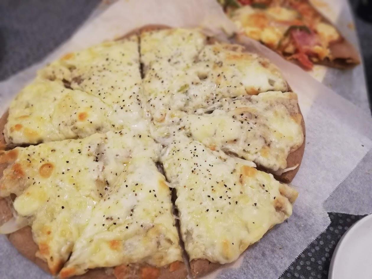 小麦ふすま(ブラン)生地でチーズと玉ねぎのシンプルピザ